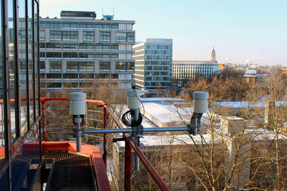 Taken from the air: On the facade of the Mathematics building at TU Berlin, researchers collect data such as air temperature, humidity, and solar radiation.