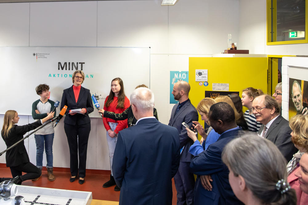 Education Minister Anja Karliczek's presentation of the Ministry's MINT Action Plan to the student laboratory at Technische Universität also attracted interest from the media.