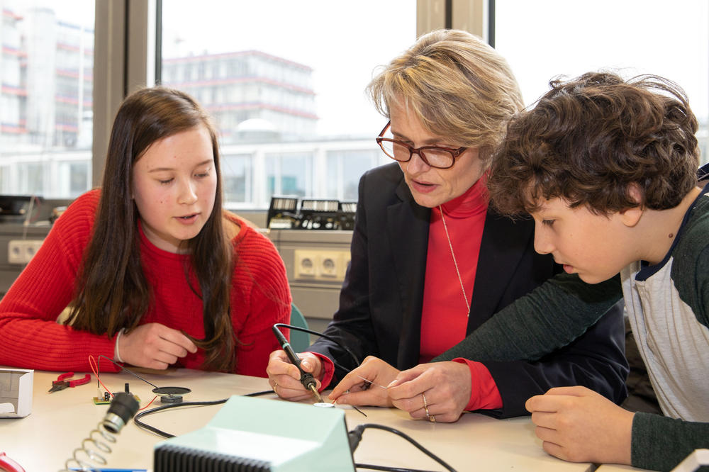 Guided by two eighth-graders: German Federal Education Minister Anja Karliczek in the dEIn school lab.