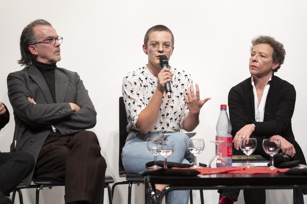 Lea Schneider (center), doctoral candidate at the Friedrich Schlegel Graduate School. She is also a poet and translator. Left: Stephan Porombka. Right: Eva Geulen.