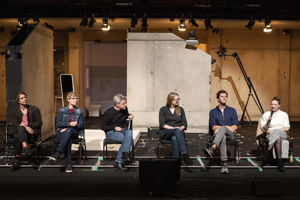 Participants after the performance of Orlando at Schaubühne theater – from left to right – Konrad Singer, Doris Kolesch and Matthias Warstat (both Freie Universität Berlin), Maja Zade (dramatic advisor), Philip Dechamps, and Jenny Königs (actor).